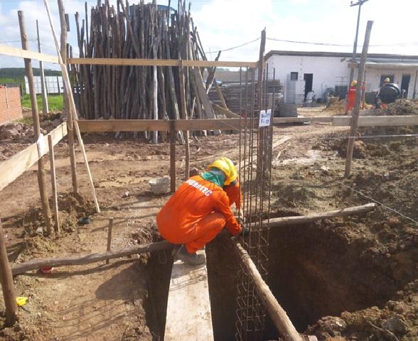 Escavação para sapata e locação de armação de aço para pilar no Campus Presidente Dutra.